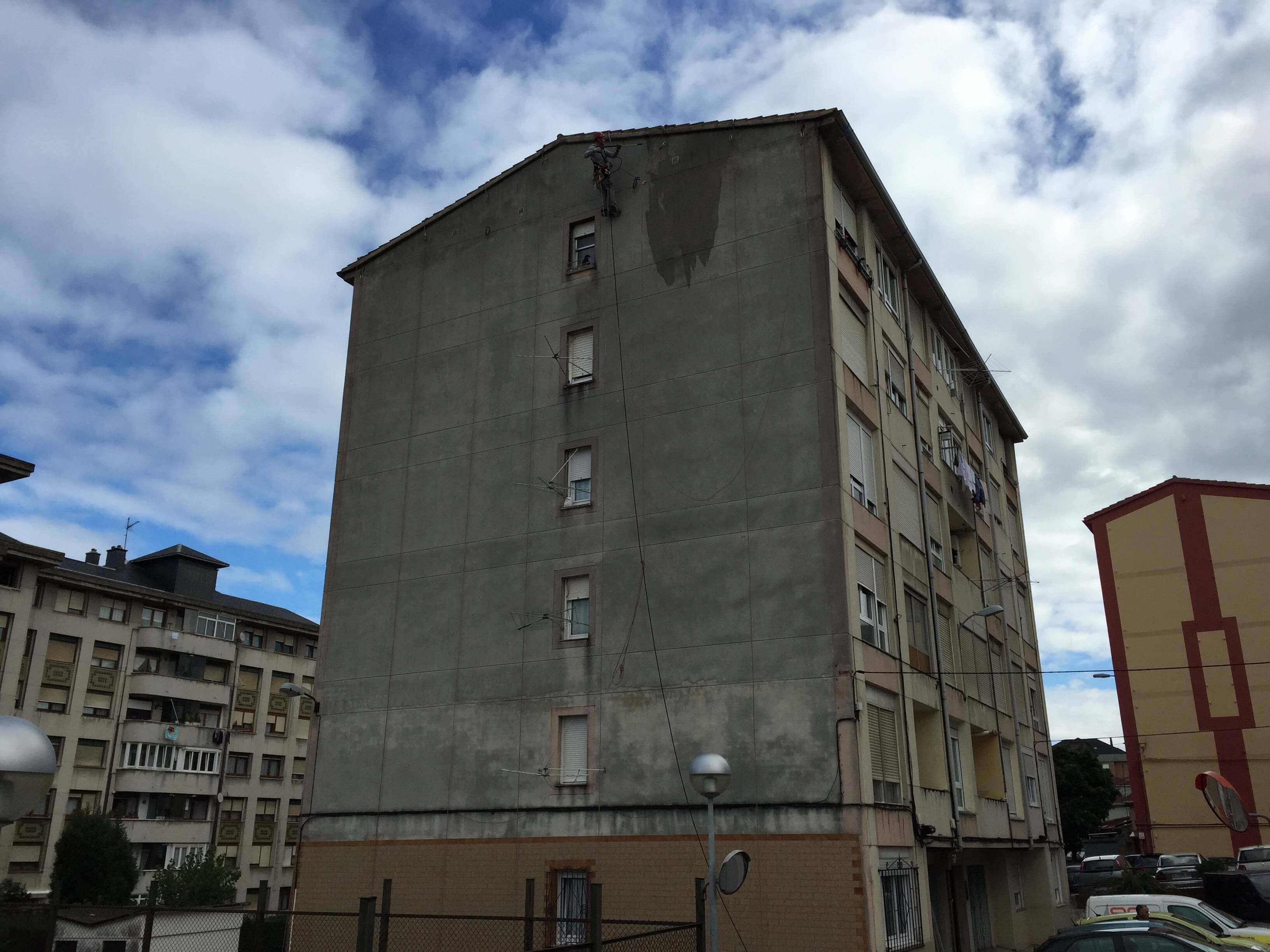 Limpieza de fachadas mediante rabajos verticales en Santander