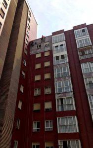 Pintura de fachadas mediante trabajos en altura en Cantabria
